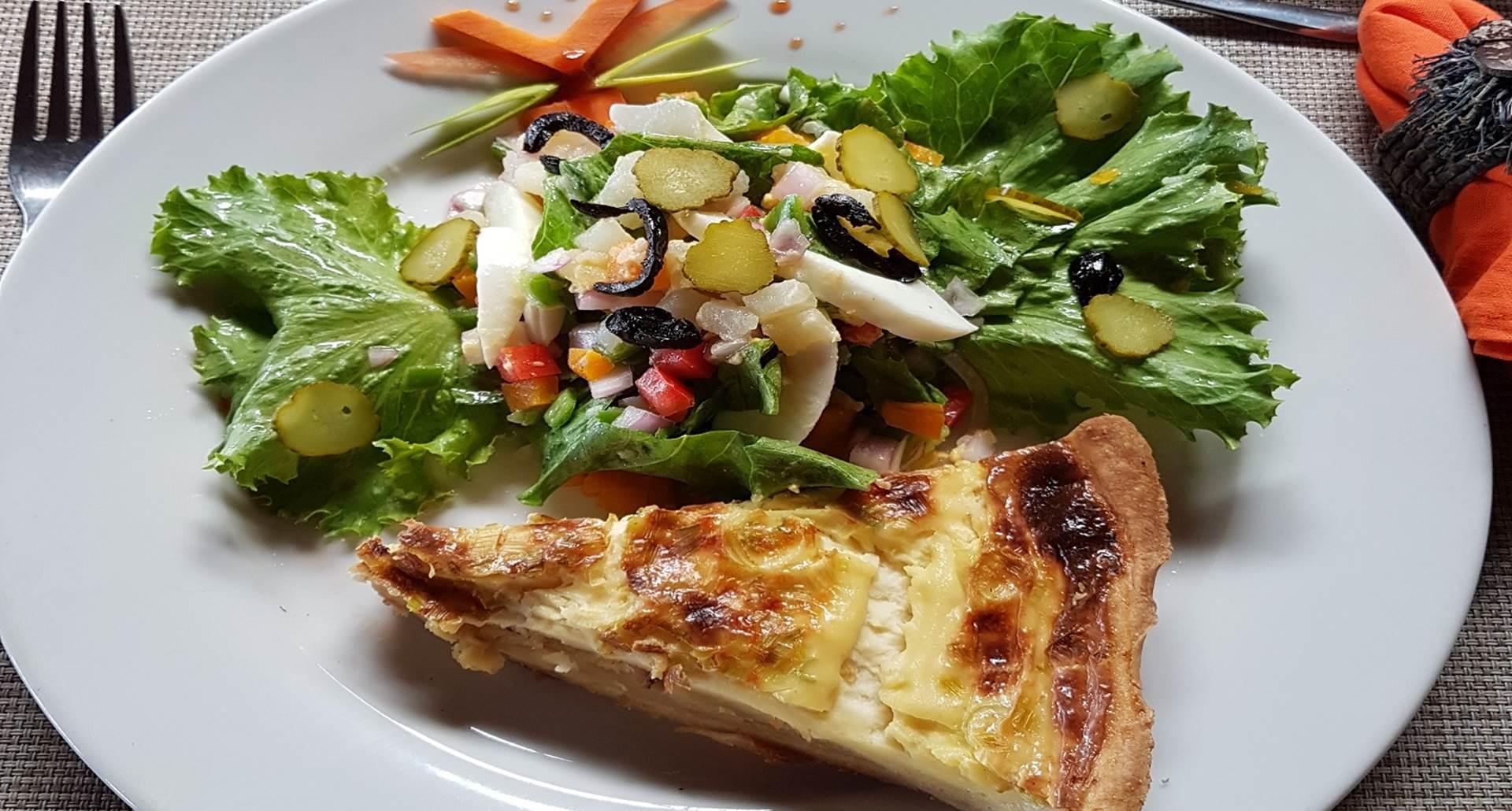 Salade composée et quiche au poireau