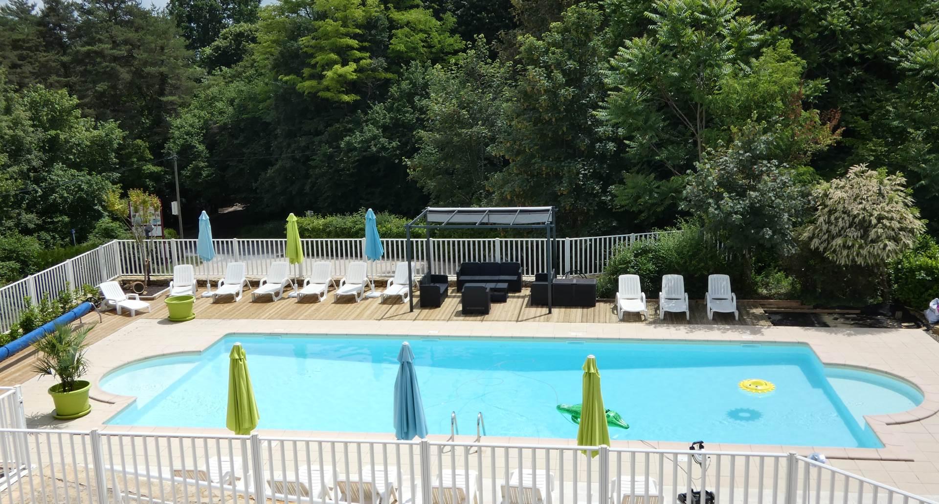 Votre espace piscine avec transats et pataugeoire