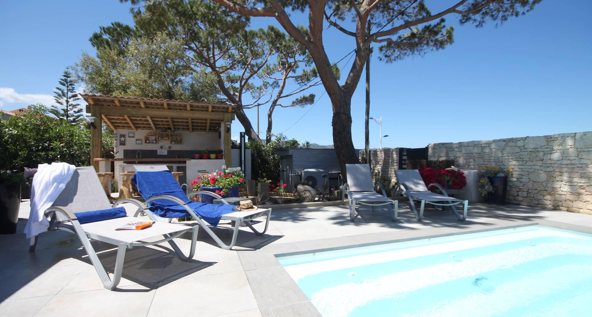 espace détente de la piscine chauffée