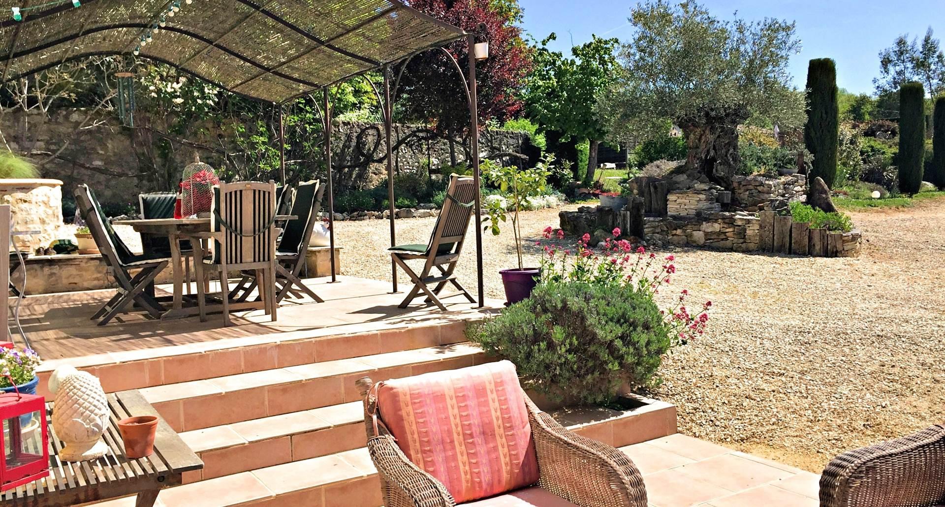 Terrasse donnant sur un beau jardin paysagé