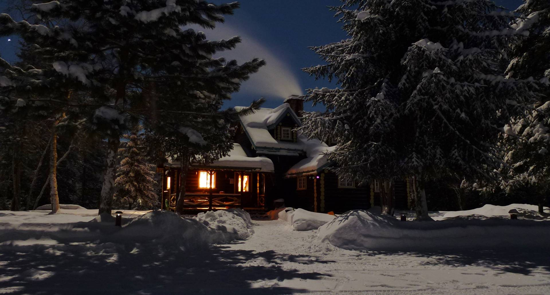 Domaine le Bostonnais, chalet de nuit pleine lune, La Tuque, Mauricie, Canada