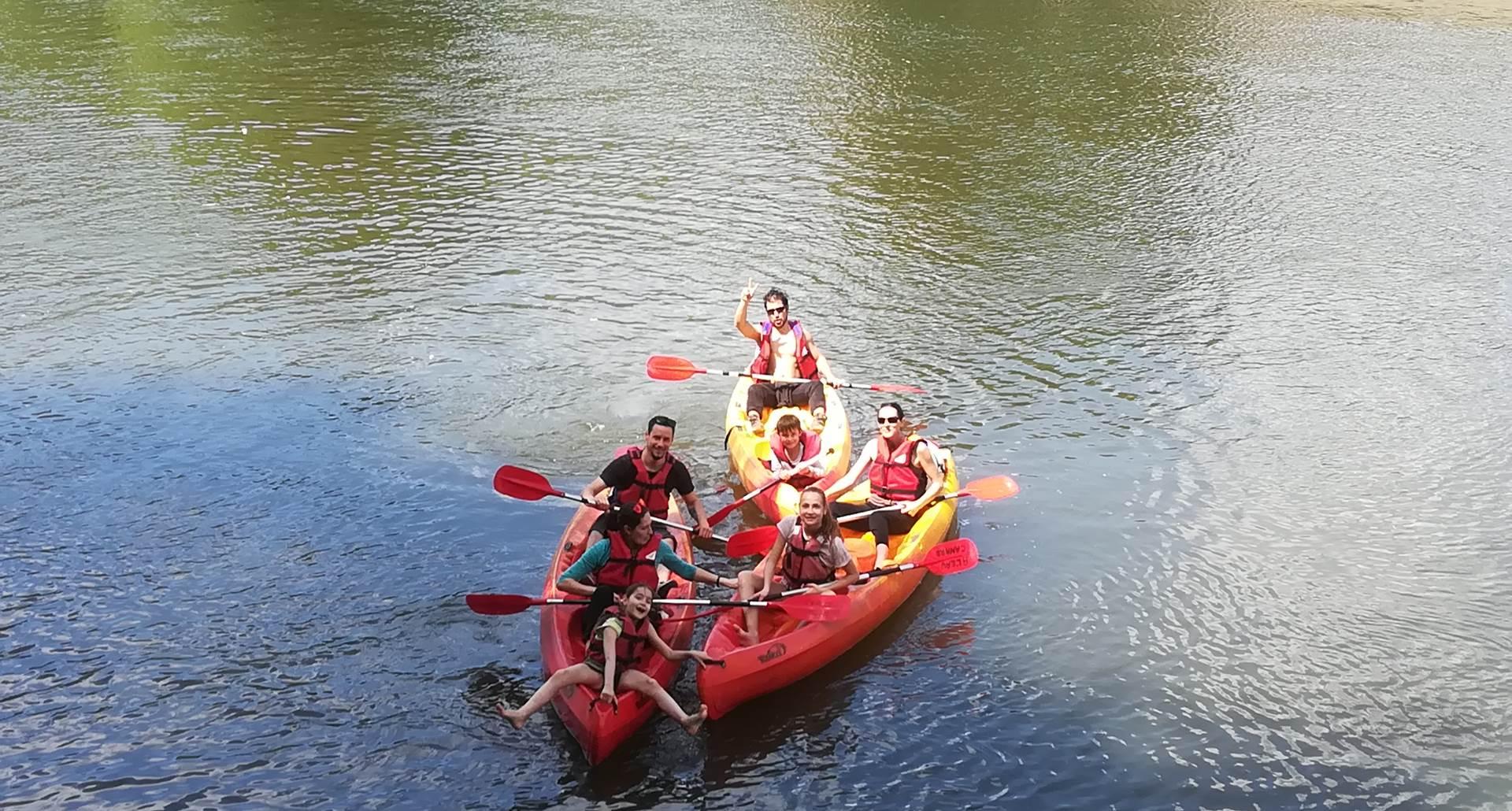 Famille en canoë faisant du tourisme à Saint Antonin Noble Val dans les Gorges de l'Aveyron (Tarn et Garonne)