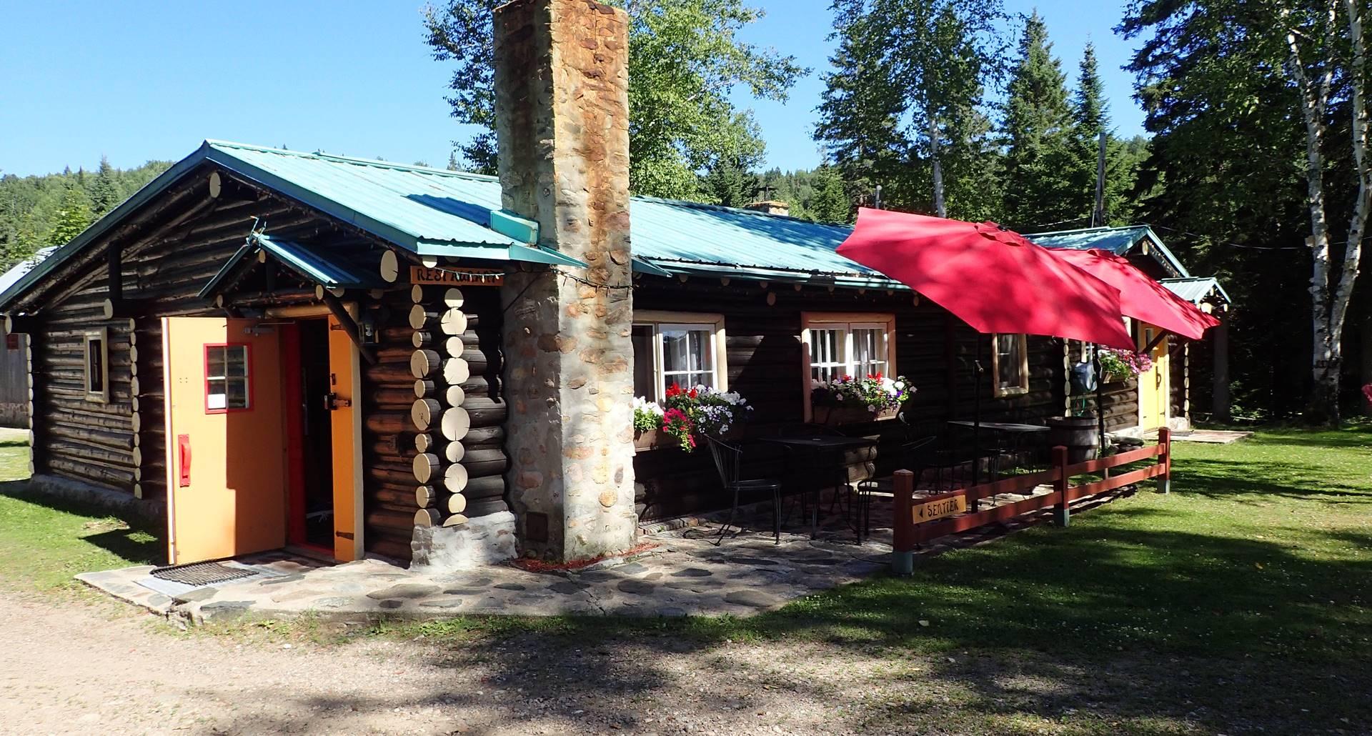 Le restaurant et sa terrasse pour déguster une bière La Pécheresse, micro-brasserie locale de La Tuque, Mauricie, Canada