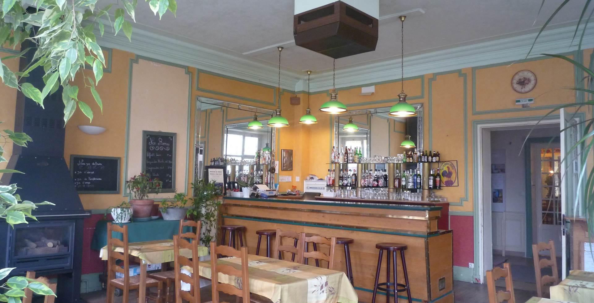 Le bar avec vue sur la place principale