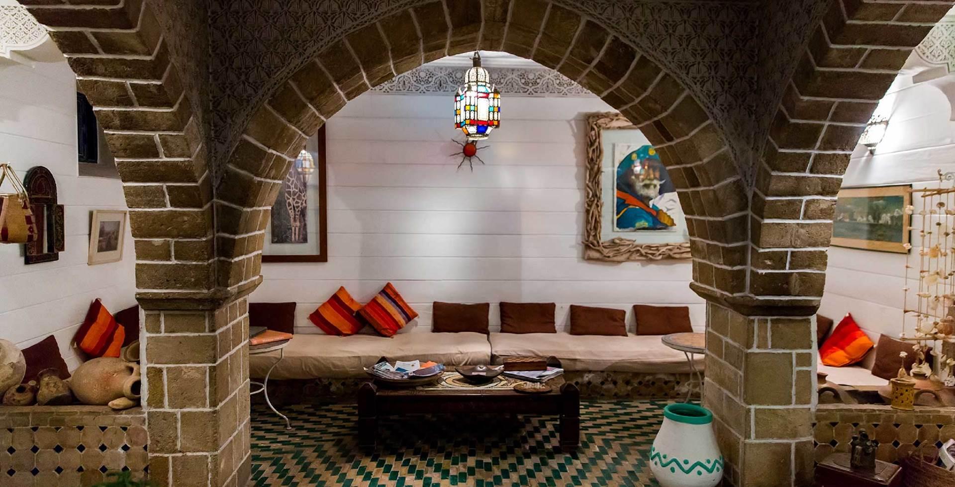 Patio, carreau de ciment, arcade en pierre de taille, zellige de Fez