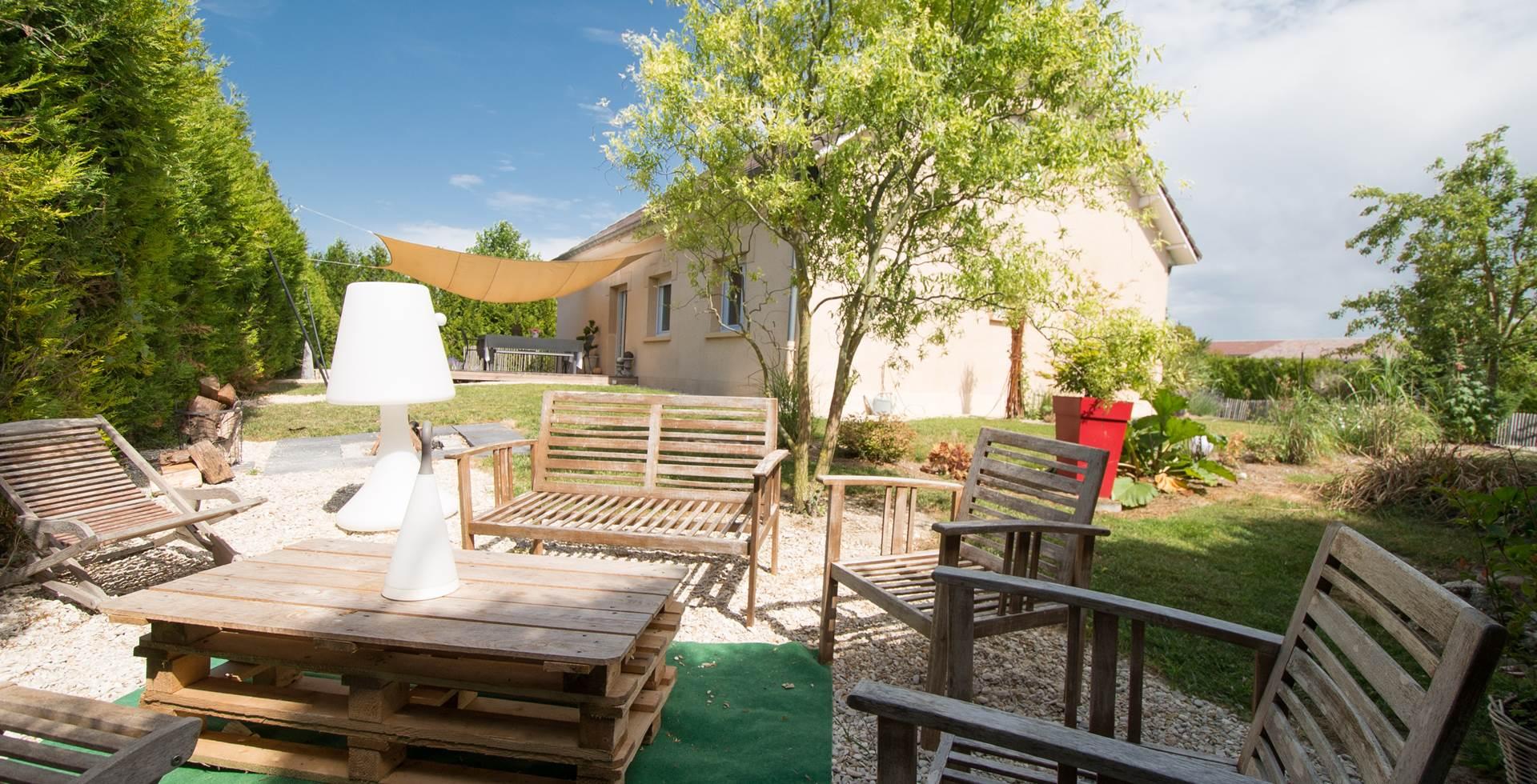 Terrasse détente dans jardin Gîte du Puit Des GRanges Faux Vesigneul