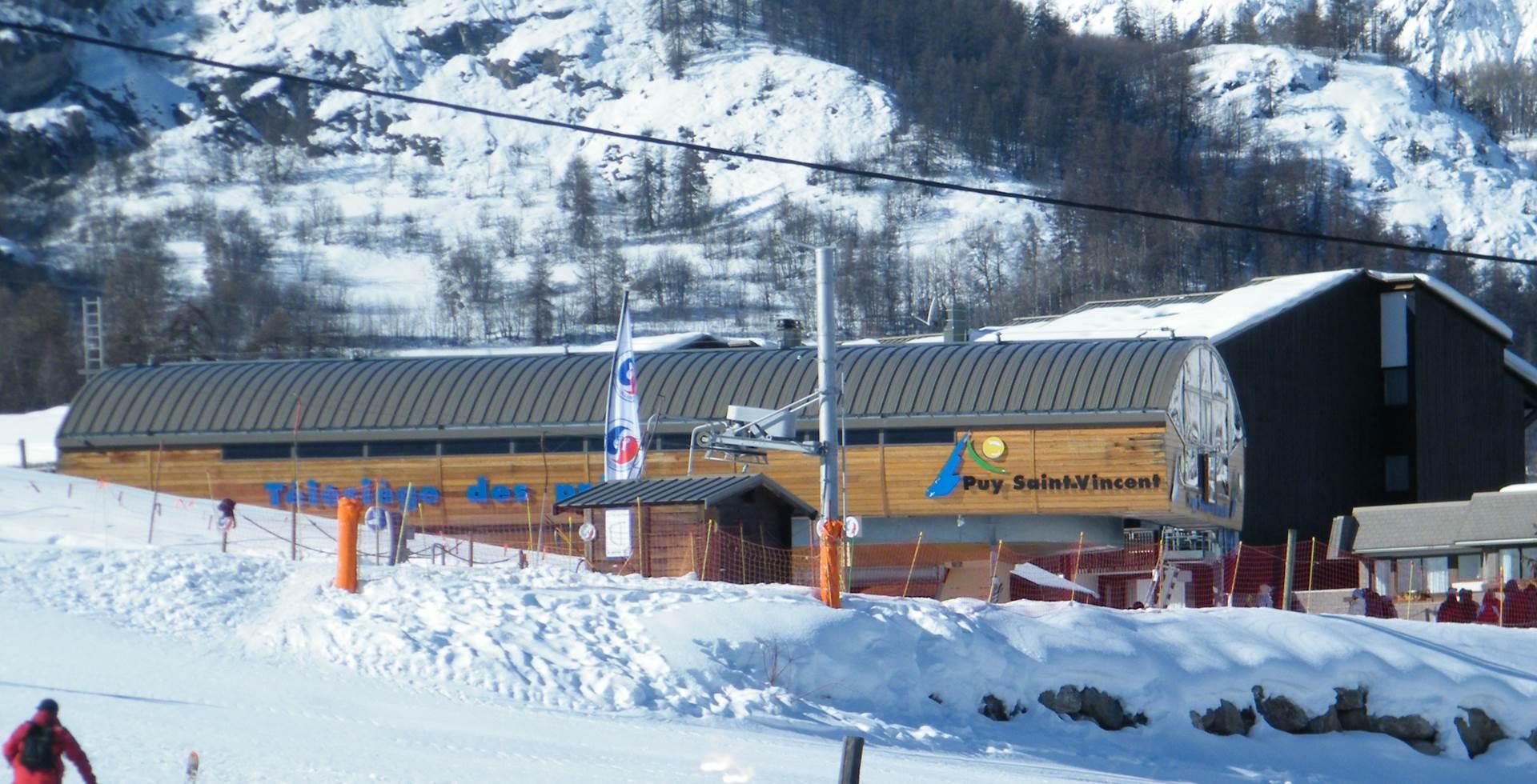 retour à l'hôtel skis au pieds