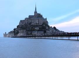 Le Mont Saint-Michel entouré d'eau, une île !