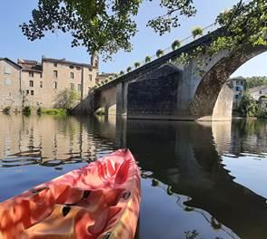 Départ touristique en Canoë sous le pont de saint Antonin noble Val