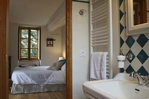 Dans chaque chambre, une salle de bains personnelle, des toilettes, une literie de qualité, des volets intérieurs, un mobilier choisi avec soin, une connexion internet haut débit ( Wi-Fi ou filaire)