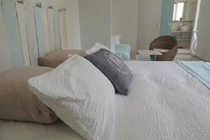Ré, la blanche, comporte 3 couchages et une salle de bain équipée d'une grande baignoire.