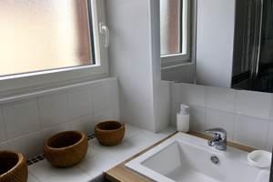Lavabo sur plan, armoire de toilette avec portes miroirs