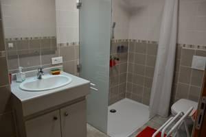 La salle d'eau  douche à l'italienne , accès personne à mobilité réduite