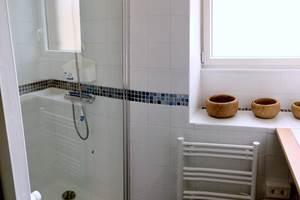 Salle d'eau séparée des WC avec Grande douche 80100, fenêtre oscillo-battante et radiateur séche-serviettes
