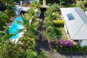 Villa Palissandre devant la piscine