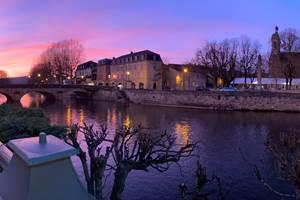 Hôtel  en bord de rivière, vue sur Figeac