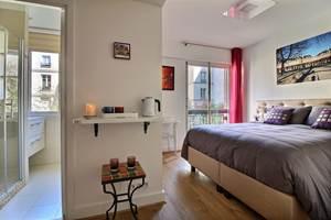 Bedroom Place des Vosges & private bathroom