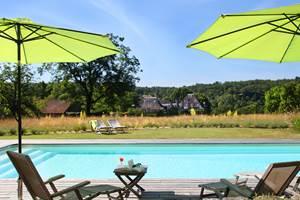 La piscine, loin de tout, au soleil de l'aube au crépuscule