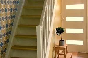 Escalier vers l'étage sous les combles, porte à galandage vers la salle d'eau et WC