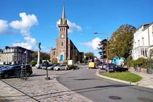 Clos de la Fontaine Dinard, la place du prieuré avec parking gratuit et boulangerie à 100m