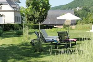 Ambiance jardin autour de la piscine, Le Broual, chambres d'hôtes de charme dans le Lot
