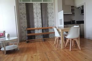 Un salon avec coin cuisine et salle à manger vous est réservé. La chapelle avec ses beaux vitraux s'offre à vous derrière les teintures .