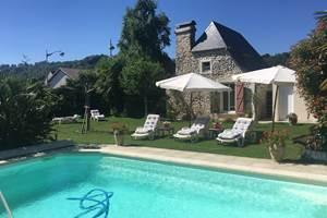 Jardin avec la piscine privée et transats