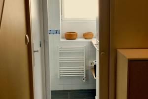 Vue depuis le séjour vers la salle d'eau (porte à gauche vers les WC séparés)