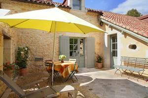 Terrasse-patio orientée sud et est, dominant le jardin privatif