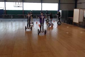 Equipe de jeunes pilotes en formation dans salle de sport parquet bois . 092017