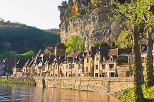 La Roque Gageac, village de pierre, accroché à la falaise le long de la Dordogne