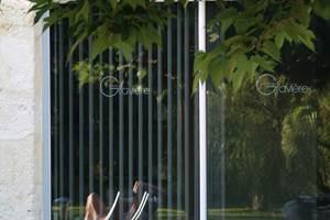 Reflet piscine dans la baie vitrée du Spa- Chambres d'hôtes Vertheuil