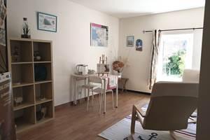 Salon privatif des chambres d'hôtes, pour une pause lecture ou un petit déjeuner en tête à tête.