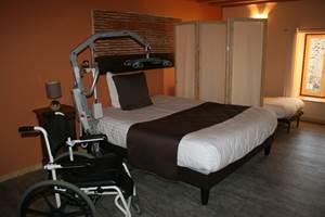 La chambre Bourgogne pour une personne handicapée et son aide