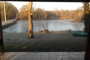 vue sur l'étang depuis le salon