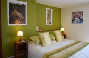 Chambre Paul Rebeyrolle  chambre double lit de 1,80m x 2,00m au Ranch des Lacs