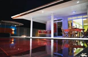 Vue sur la piscine et l'espace de vie extérieure