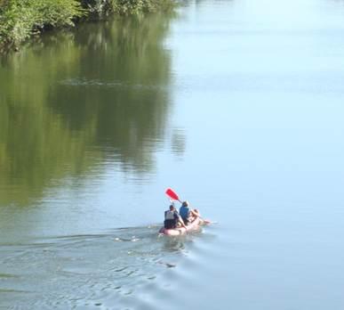 Famille en canoë dans les gorges de l'Aveyron