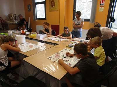 Atelier enfants collage sur ardoise