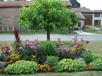 "MONTCHEUTIN, Village Fleuri ""2 Fleurs"""
