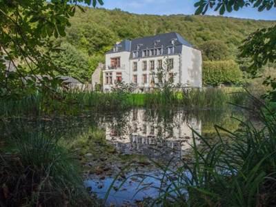 Château au bord de la Meuse avec la Voie Verte, grand parc et terrain de tennis