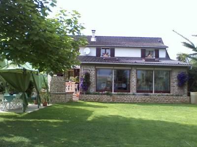 Chambres d'hôtes proche Charleville et Sedan, grande maison avec jardin. Accueil Motards.