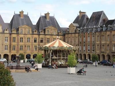 Appartement de 62m2 place Ducale, en plein centre de Charleville-Mézières, WIFI
