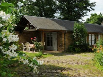 Petite maison rénovée au bord du ruisseau à 3km de Sedan et 20km de Bouillon.