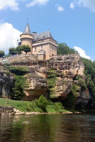 Le Château de belcayre entre Thonac et Saint Leon sur Vézère, canoë family
