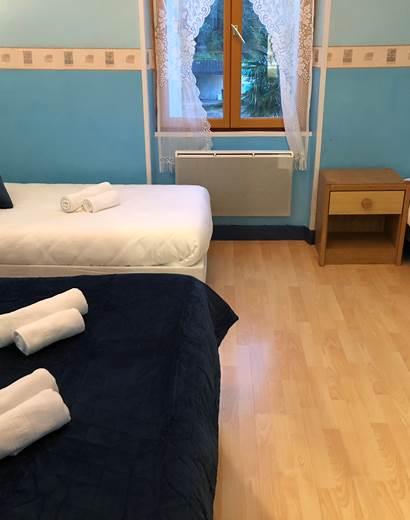 Chambre quadruple avec douche et wc séparés, à l'étage, vue sur la cour intérieure