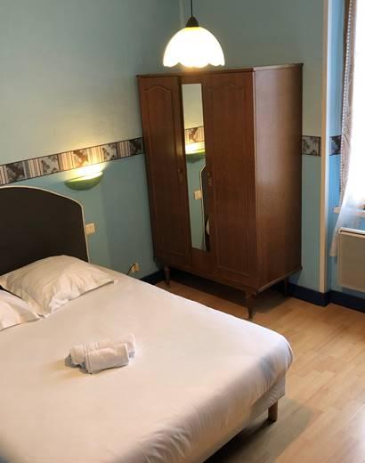 Chambre avec douche et wc séparés, à l'étage, côté rue, vue sur Périgueux