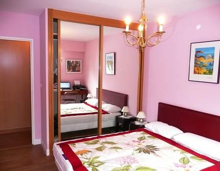 Appart Saint Jean de Luz centre vile chambre lit 2 places vue placard caution.jpg