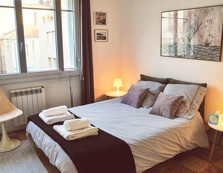 La chambre 1, avec un lit double de 160cm, grand ventilateur au plafond, vue sur la ville