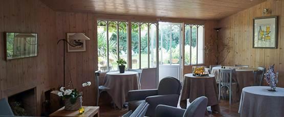salon du petit déjeuner avec vue sur le jardin